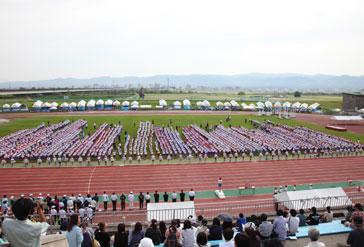 小学校6年生2,500人が「故郷はひとつ」を開会式で初披露
